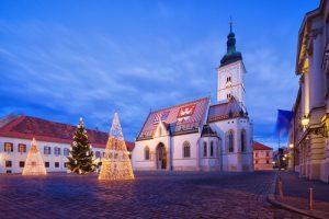 כנסיית סנט מרק בכיכר סנט מרק בעיר העליונה בזאגרב באווירת חג המולד (כריסמס בחודש דצמבר)